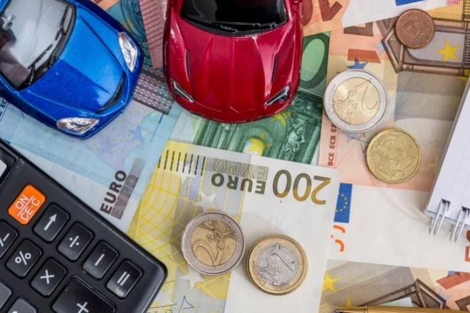 Scendono ancora i costi per assicurare le auto: -3,26%
