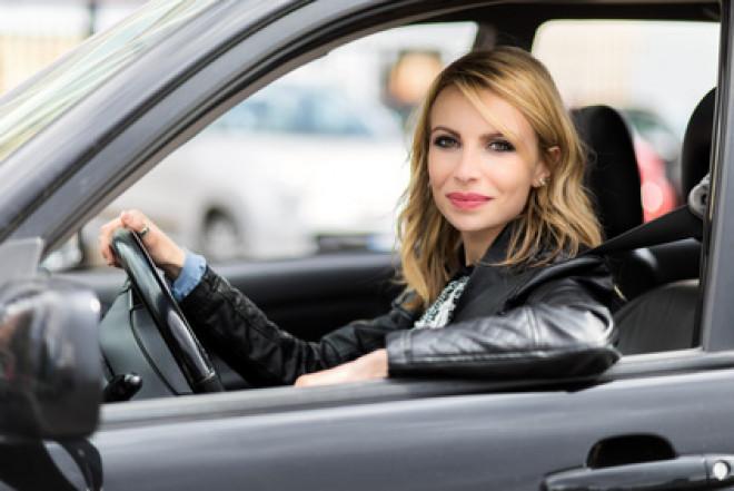 Donne al volante: intestate a loro il 46% delle auto italiane