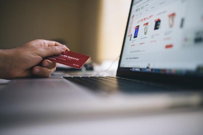 E-commerce: 5 italiani su 6 fanno shopping online almeno una volta mese