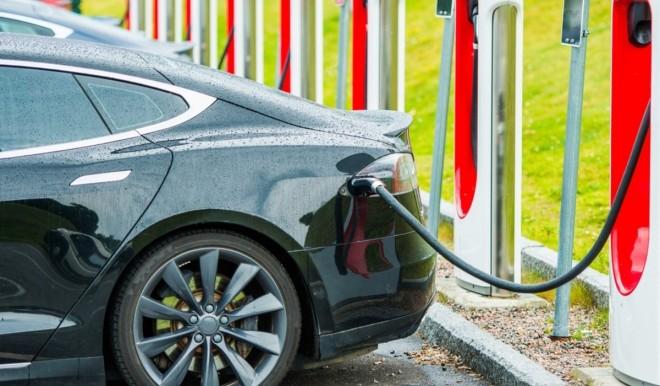 Mobilità elettrica: punti di ricarica, +40% in un anno
