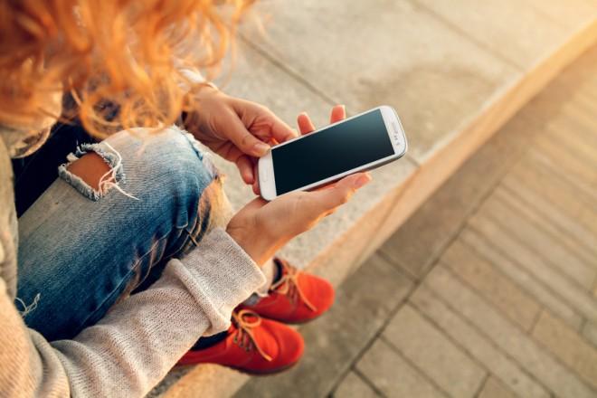 Cellulari: le donne italiane preferiscono risparmiare