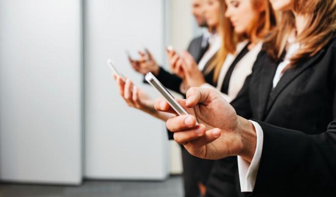 Guardare lo smartphone è contagioso? Un curioso studio sulla mimica