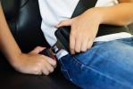 Cinture di sicurezza obbligatorie anche su auto ferme